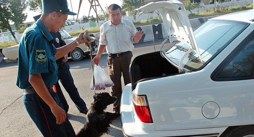 Инспектор не имеет права снимать номер с неправильно припаркованного авто