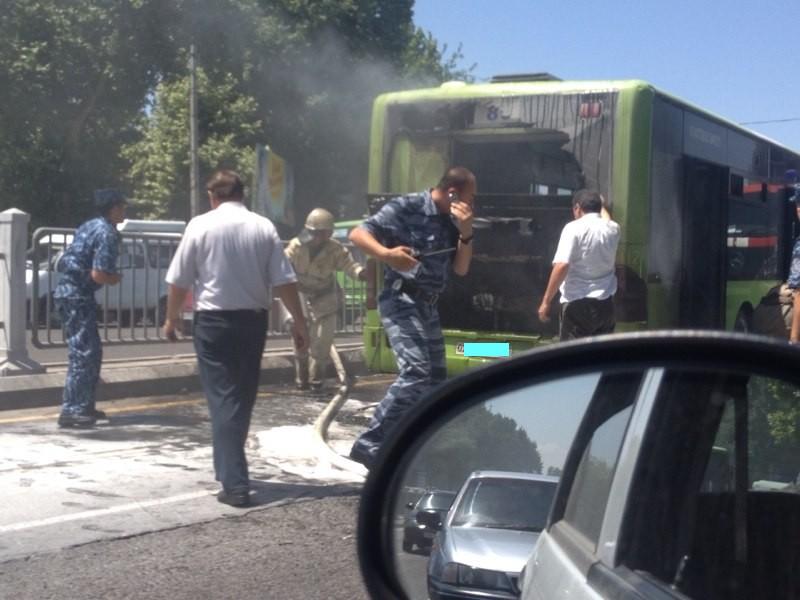 Тошкентда яна Mersedes Benz йўловчи автобуси ёниб кетди