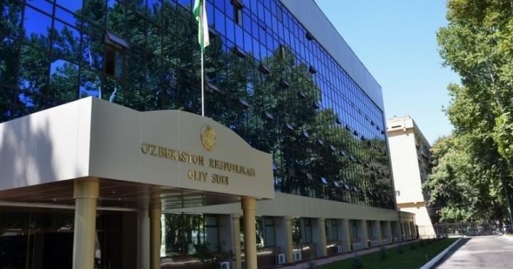 Толпа снесла ворота и ворвалась во двор Верховного суда Узбекистана