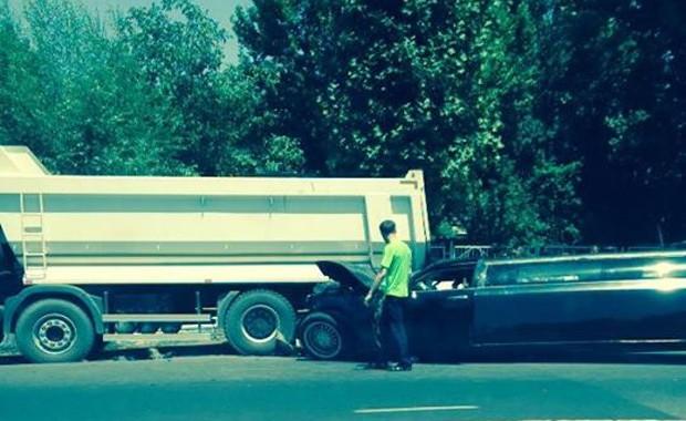 В Ташкенте лимузин «въехал» под грузовик (фото)