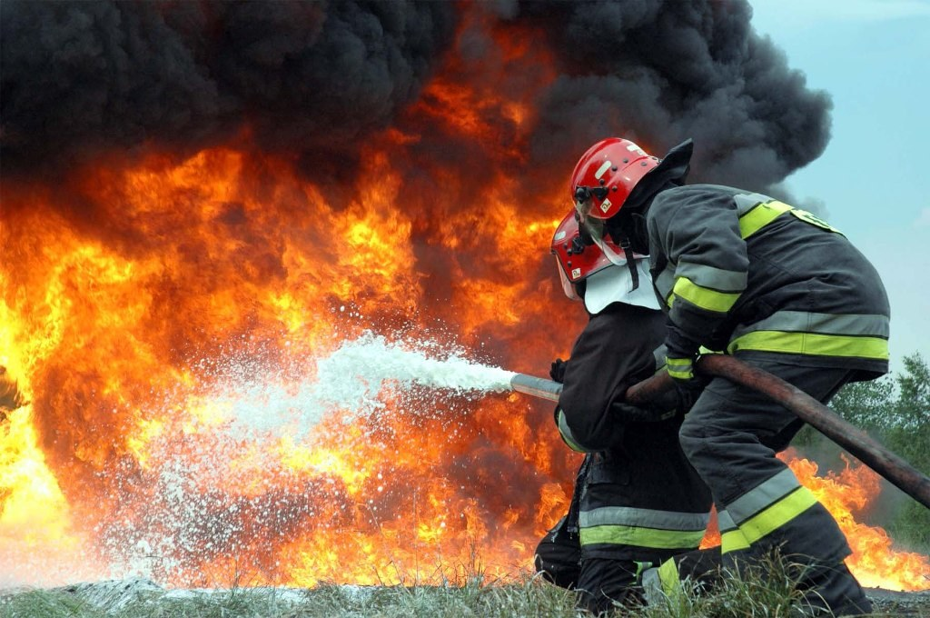 В Ташкенте пожар на складе уничтожил 100 квадратных метров строительных конструкций