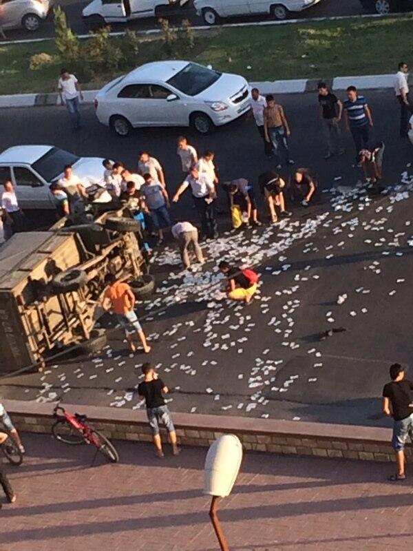 В Ташкенте автомобиль с инкассаторами попал в ДТП – на дороге рассыпались деньги (фото)