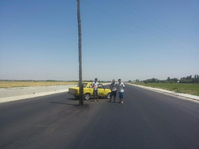 В Ташкенте посреди новой дороги стоит столб (фото)