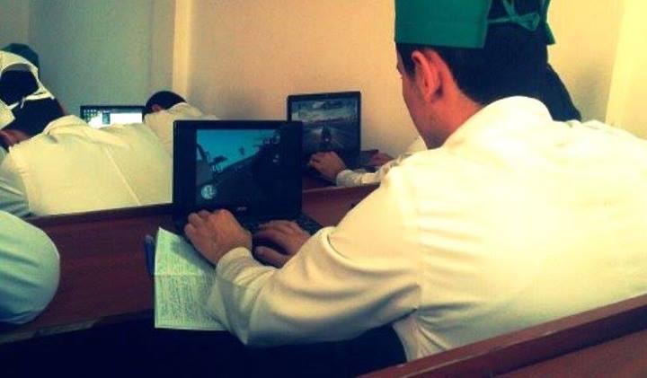 Тошкент тиббиёт академияси талабалари дарс вақтида компьютерда ўйин ўйнаб ўтириши интернетда шов-шув бўлди