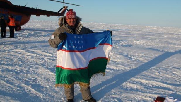 Космонавт Салиджан Шарипов установил на Северном полюсе флаг Узбекистана