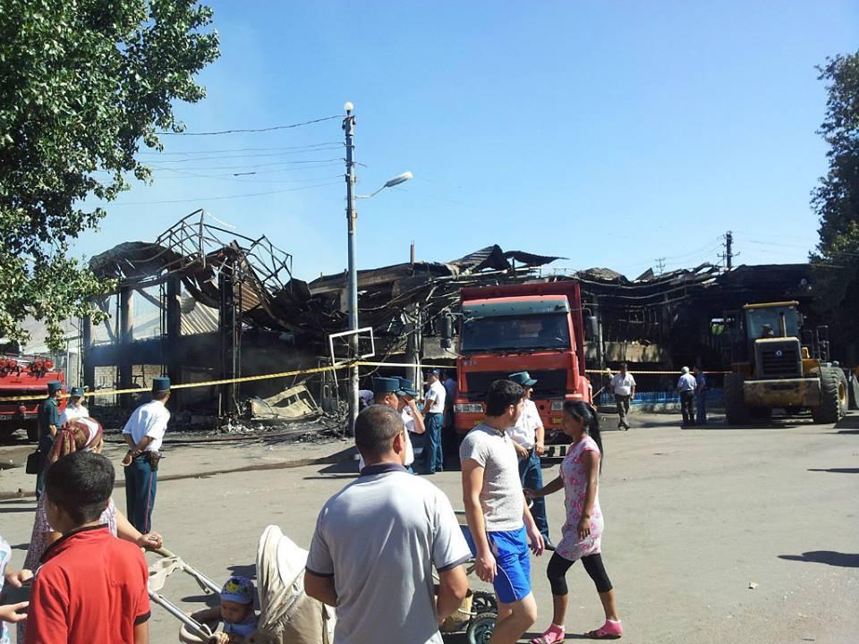 В Ангрене сгорело здание супермаркета (фото)