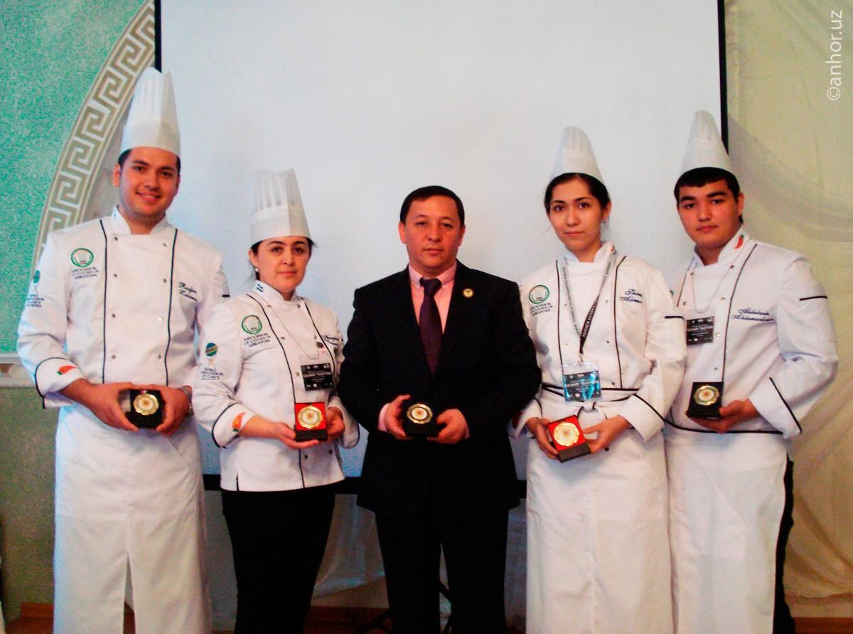 Повар из Узбекистана сумел приготовить плов на сковородке