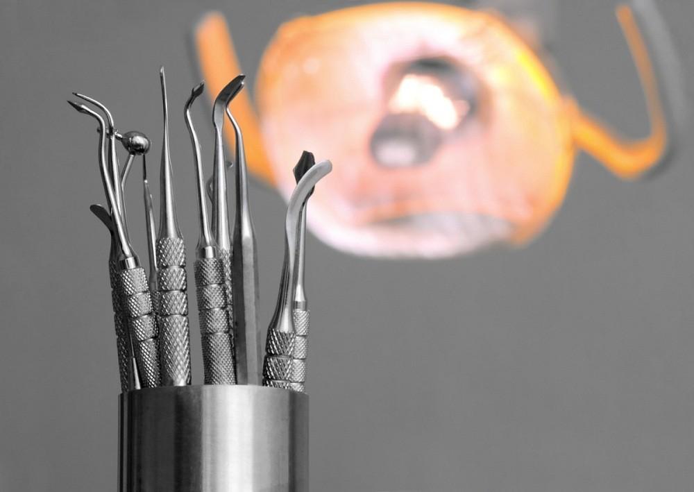 Сифатсиз тиш протези қўйилган аёлга стоматология клиникасидан пулини қайтариб олишга ёрдам берилди