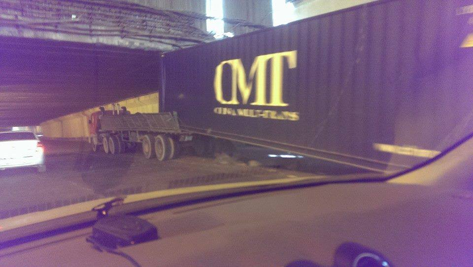 В Ташкенте грузовик застрял под мостом (фото)