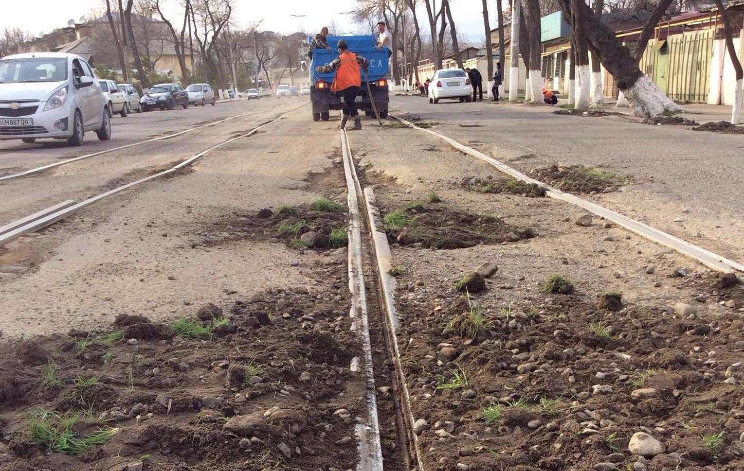 На одной из улиц Ташкента выбоины в асфальте засыпаны землей