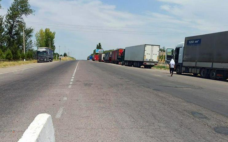 Сотни водителей фур не могут пересечь таджикско-узбекскую границу из-за задержек с тестами на Covid-19
