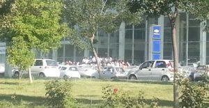 В автосалонах начали выдавать контракты - люди стоят в очереди с ночи (фото)