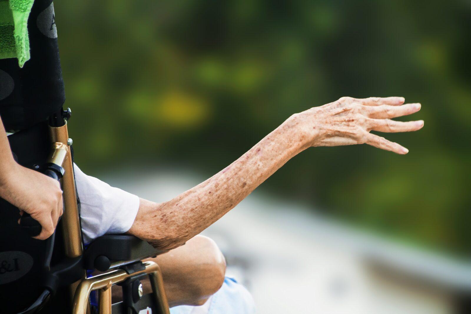 НДПУ предлагает засчитывать в стаж работы уход за престарелыми и инвалидами