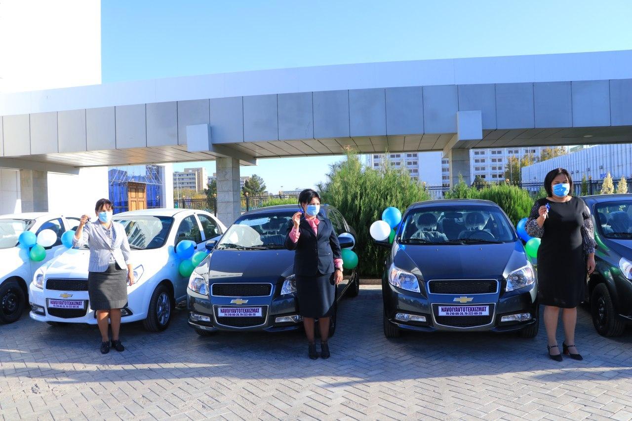 В Навоийской и Кашкадарьинской области советникам хокимов вручили автомобили