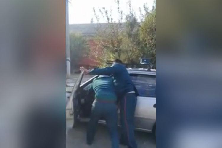 В УВД Наманганской области объяснили почему инспекторы пытались силой вытащить мужчину без маски из его машины