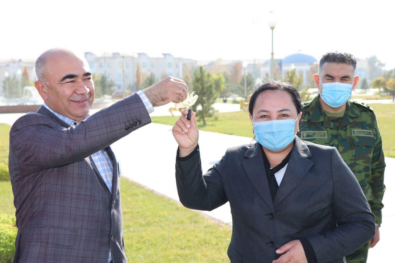 Хоким Кашкадарьинской области в очередной раз подарил чиновникам автомобили