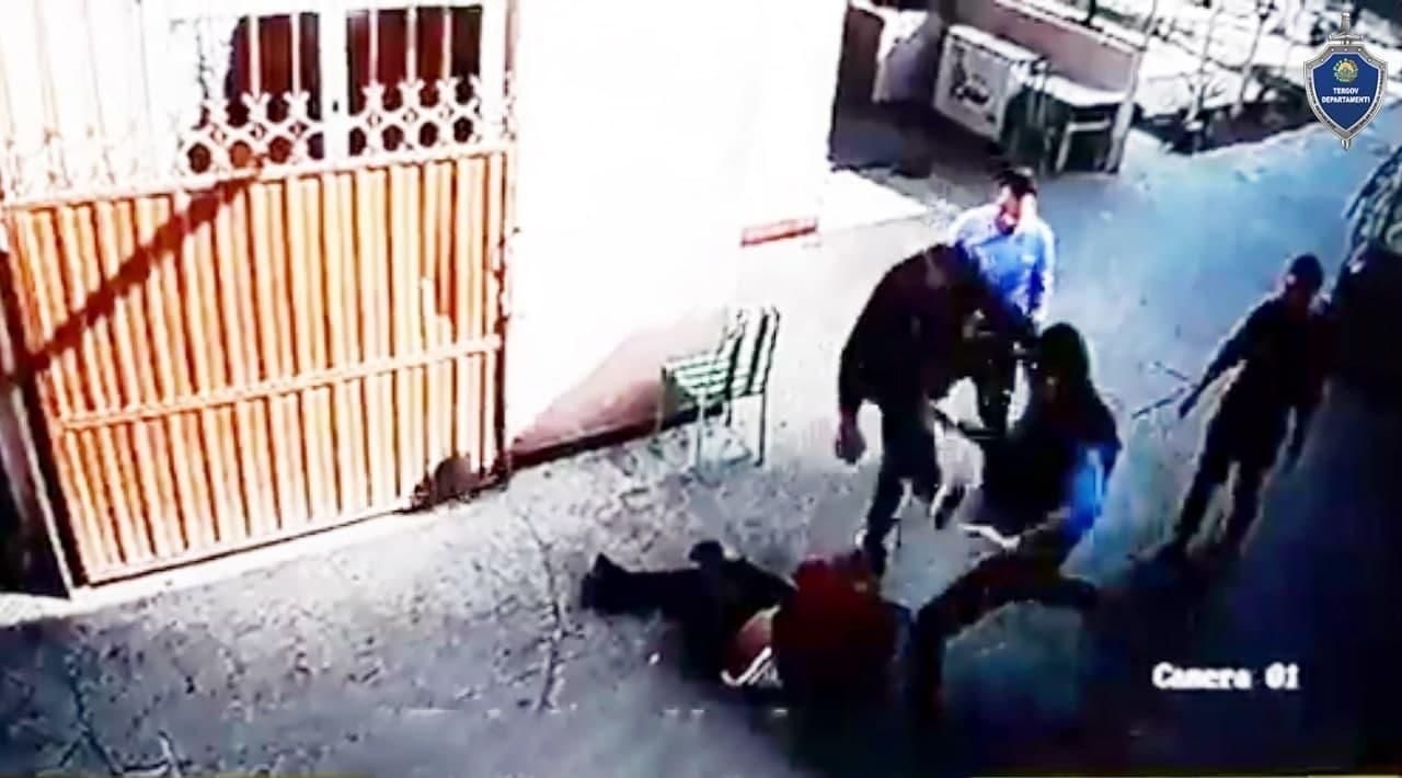 В Сырдарьинской области трое мужчин избили официанта из-за ссоры