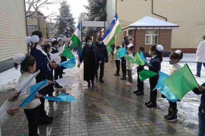 «Дети находились на улице 2-3 минуты» - управление народного образования Андижана о случае со школьниками