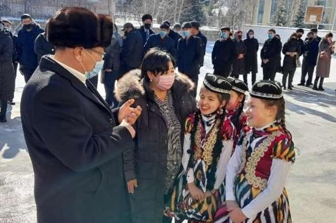 «Церемония длилась около 5-6 минут»: в хокимияте Бахмальского района объяснили нахождение девочек в атласных платьях на морозе