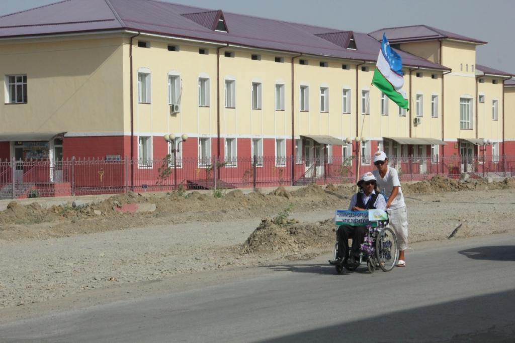 Мавлонхон Тураев преодолевает расстояние от Ташкента до Самарканда на инвалидной коляске