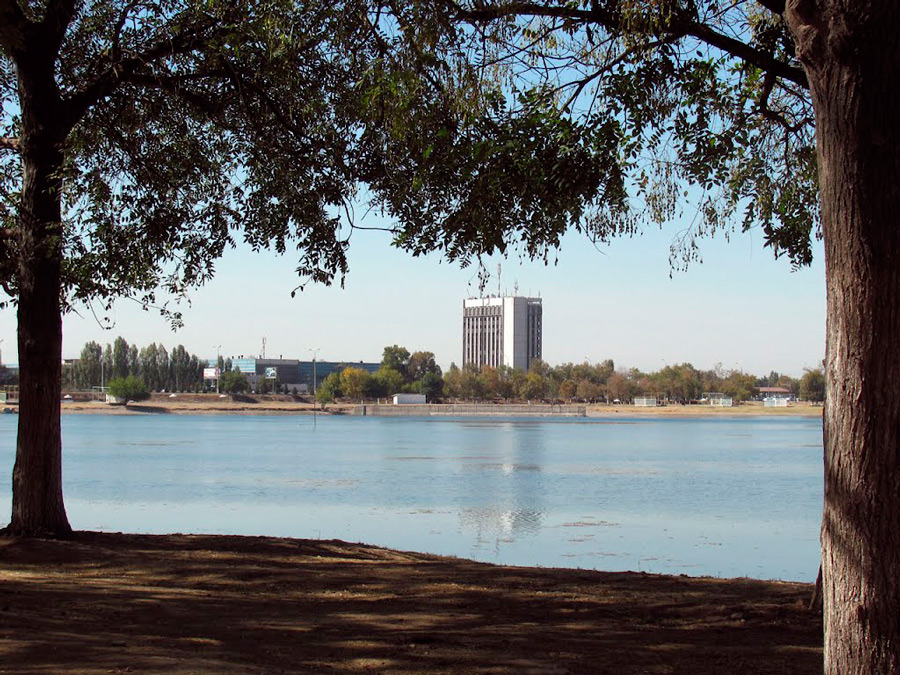Заброшенную многоэтажку возле озера Рохат превратят в завод Artel (фото)