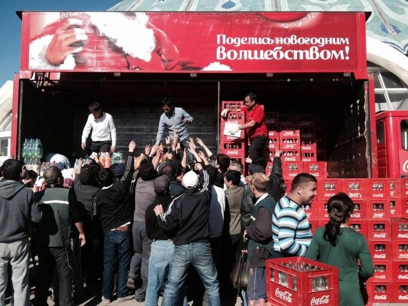 В Ташкенте люди стоят в очереди за дешевой Coca-Cola (фото)