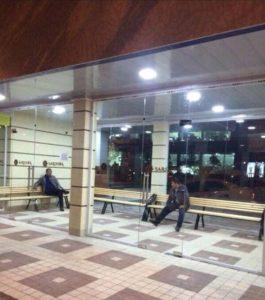 В Ташкенте на автобусной остановке установлен кондиционер