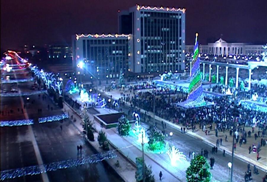 Главная ёлка страны будет гореть праздничными огнями 9 дней