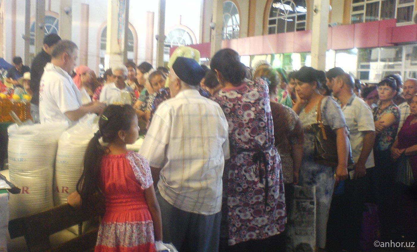 В Ташкенте наблюдаются очереди за дешевым сахаром