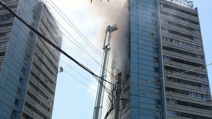 В Ташкенте сильный пожар в 18-этажке на площади Хамид Алимджана