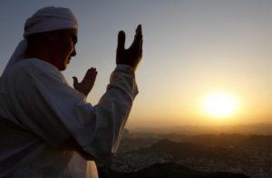 Первые паломники возвращаются в Узбекистан из Хаджа