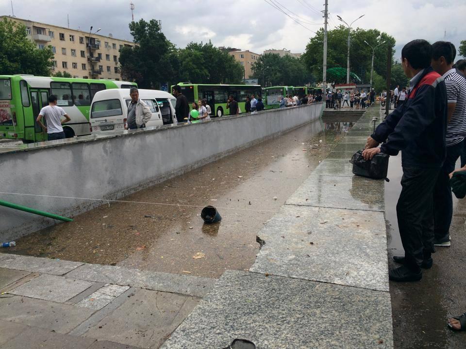 Сильный ливень затопил в Ташкенте дороги и подземные переходы (фото)
