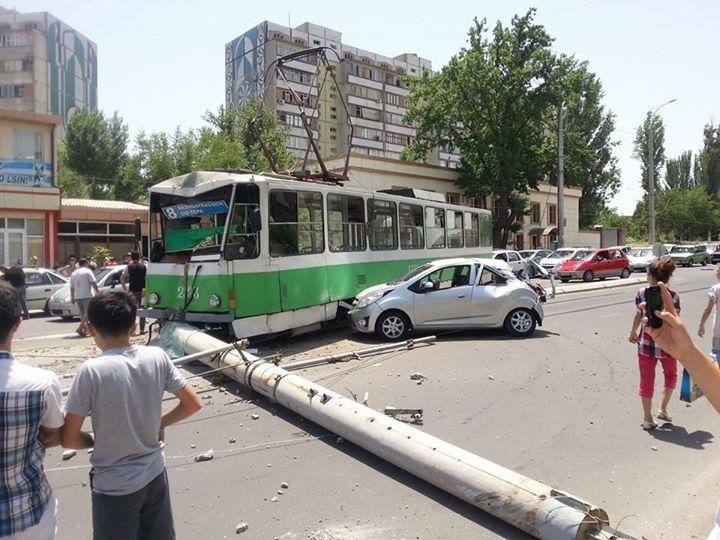 В Ташкенте с рельсов сошел трамвай. Пострадали несколько человек (фото)