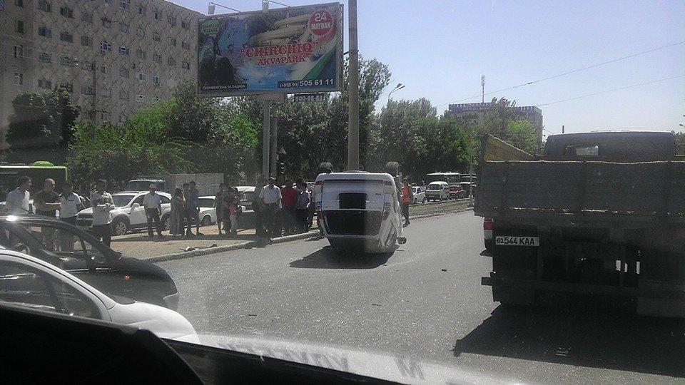 В Ташкенте в ДТП с Матизом перевернулся автомобиль Toyota (фото)